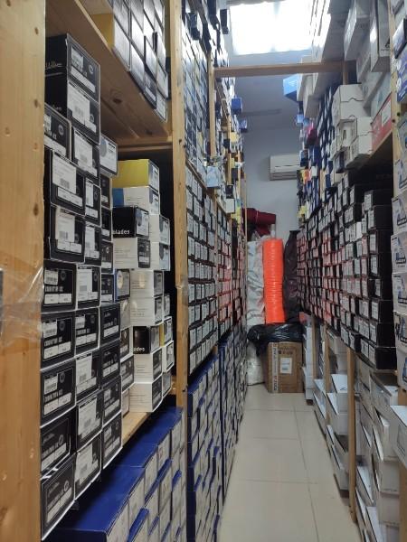 Склад лезвий бренда Mitchell & King  (Англия) — 1450 пар в отдельно взятом магазине компании «Твизл»