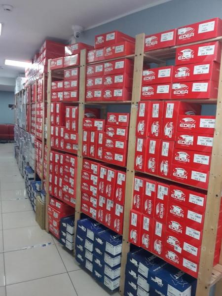 Склад фигурных ботинок бренда Edea (Италия) — 1500 пар в отдельно взятом магазине компании «Твизл»