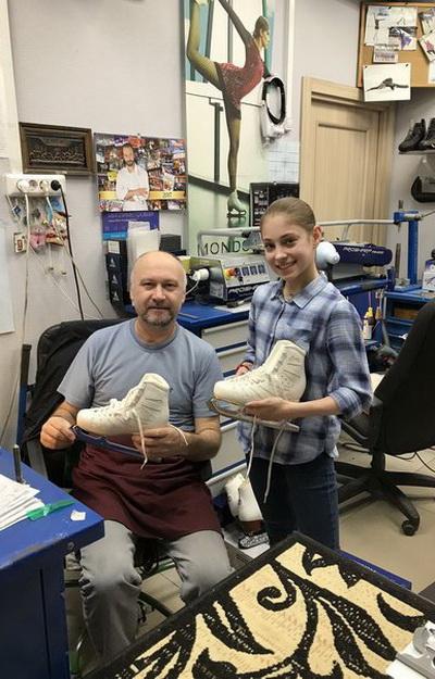Сильнейшая фигуристка Мира 2019-2020 годов Алёна Косторная точит свои коньки в компании «Твизл»